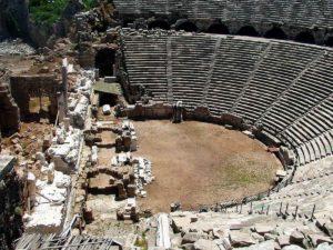 Руины античного театра в древнем городе Сиде в Турции